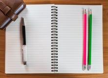 Stift und Bleistifte auf Notizbuch Lizenzfreies Stockfoto