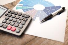 Stift und Diagramm und Taschenrechner auf Holztisch Lizenzfreies Stockfoto