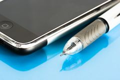 Stift und Handy lizenzfreies stockbild