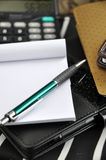 Stift und leeres Papier auf schwarzem Anmerkungsbuch lizenzfreie stockbilder