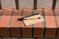 Stift und Notizblock draußen Lizenzfreies Stockfoto