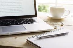 Stift und Notizbuch mit Laptop Inspirationsmoment, Arbeitsplatz lizenzfreie stockfotografie