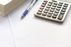 Stift und Taschenrechner auf Tabelle Stockfotos