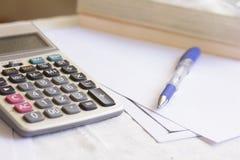 Stift und Taschenrechner auf Tabelle Lizenzfreies Stockfoto