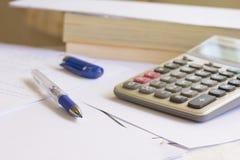 Stift und Taschenrechner auf Tabelle Stockbilder
