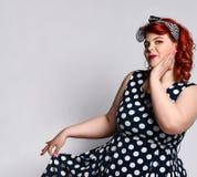 Stift upp en kvinnlig stående Den härliga retro feta kvinnan i prickklänning med röda kanter och manikyr spikar och gammal-stil f fotografering för bildbyråer