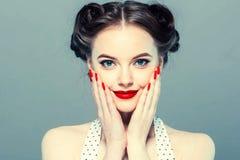 Stift upp kvinnaståenden Härlig retro kvinnlig i prickklänning med röda kanter arkivfoto