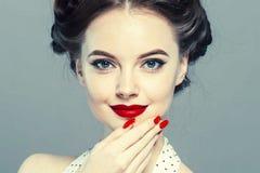 Stift upp kvinnaståenden Härlig retro kvinnlig i prickklänning med röda kanter fotografering för bildbyråer