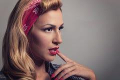 Stift upp retro stil för blond flicka Blont modelltappningbegrepp Royaltyfri Foto
