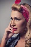 Stift upp retro stil för blond flicka Blont modelltappningbegrepp Royaltyfri Fotografi