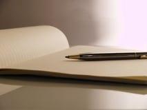 Stift zu gezeichnetem Papieranmerkungsbuch Stockfotos
