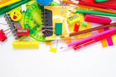 Stifte, Bleistifte, Radiergummis, mit smiley und einem Satz Notizbüchern Lizenzfreie Stockfotografie