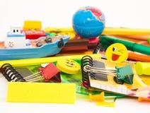 Stifte, Bleistifte, Radiergummis, mit smiley und einem Satz Notizbüchern Lizenzfreie Stockfotos