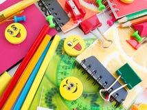 Stifte, Bleistifte, Radiergummis, mit smiley und einem Satz Notizbüchern Stockbilder