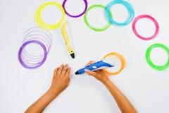 Stifte des Drucken 3d mit Fäden und den Kinderhänden Beschneidungspfad eingeschlossen Lizenzfreie Stockfotografie