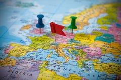 Stifte in einer Karte von Europa Stockbild