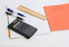 Stifte F92A4534 und ein Taschenrechner Lizenzfreie Stockfotografie