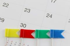 Stifte legten auf den Kalender neben der Anzahl von dreißig in BU Stockfotos