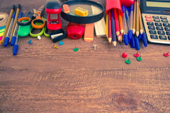 Stifte, Notizbuch, Vergrößerungsglas, Taschenrechner und Bleistifte Lizenzfreie Stockfotografie
