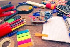 Stifte, Notizbuch, Vergrößerungsglas, Taschenrechner und Bleistifte Lizenzfreie Stockbilder