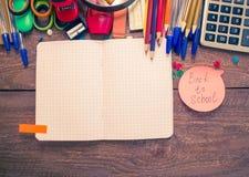 Stifte, Notizbuch, Vergrößerungsglas, Taschenrechner und Bleistifte Lizenzfreies Stockbild