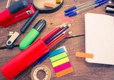 Stifte, Notizbuch, Vergrößerungsglas, Taschenrechner und Bleistifte Stockfotos