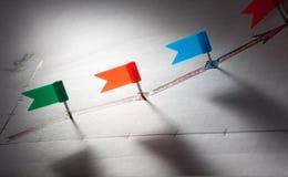 Stifte in skizzierten roten Pfeilpunkten Stockbilder