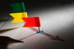 Stifte in skizzierten roten Pfeilpunkten Lizenzfreie Stockfotos
