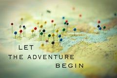 Stifte von einer Karte mit einer Reise zitieren Stockbilder