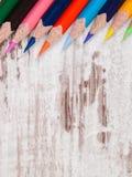 Stifte von verschiedenen Farben auf hölzernem Hintergrund Lizenzfreie Stockfotos
