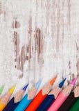 Stifte von verschiedenen Farben auf hölzernem Hintergrund Stockbild