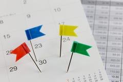 Stifte zu den Wildkatzen auf dem Kalender neben der Anzahl von dreißig Zoll Stockbild