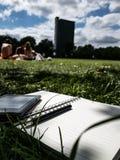 Stiftpapier und ebook Leser auf dem Gras stockfoto