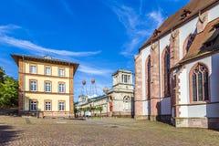 Stiftskirche kyrktar Baden-Baden Germany och beskådar till den historiska musen Royaltyfria Foton