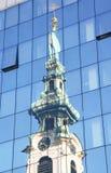 Stiftskirche nelle riflessioni di alta costruzione di vetro Fotografie Stock
