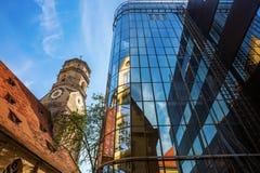 Stiftskirche z odbiciami w szklanej fasadzie w Stuttgart, Niemcy obrazy royalty free