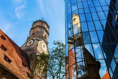 Stiftskirche z odbiciami w szklanej fasadzie w Stuttgart, Niemcy zdjęcia royalty free