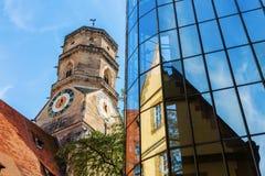 Stiftskirche z odbiciami w szklanej fasadzie w Stuttgart, Niemcy zdjęcia stock