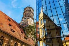Stiftskirche z odbiciami w szklanej fasadzie w Stuttgart, Niemcy obrazy stock