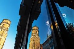 Stiftskirchen i Stuttgart, Tyskland som reflekterar i ett shoppafönster royaltyfria foton