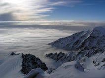 Stig ovanför molnen på ett besök till solen Royaltyfri Bild