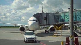 Stiga ombord ett flygplan på flygplatsen lager videofilmer
