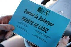 Stiga ombord kontroll på porten av Cadiz, Spanien royaltyfria foton