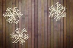 Stiga ombord och snowflakes Arkivfoto