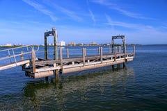 Stiga ombord strukturen över vatten i Clearwateren härbärgera marina royaltyfria bilder