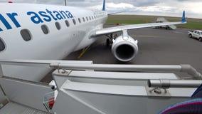 Stiga ombord till flygplanet stock video