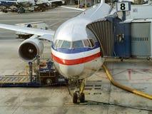 Stiga ombord till motorförbundet ett flygplan Royaltyfri Fotografi