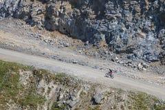 Stigande berg för cyklistrittcykel royaltyfri bild