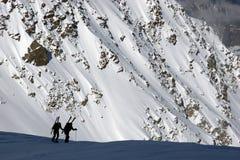 stigande bergsbestigare skidar fotografering för bildbyråer