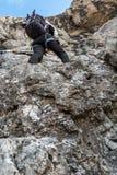 Stigande bergvägg för alpinist Royaltyfri Bild